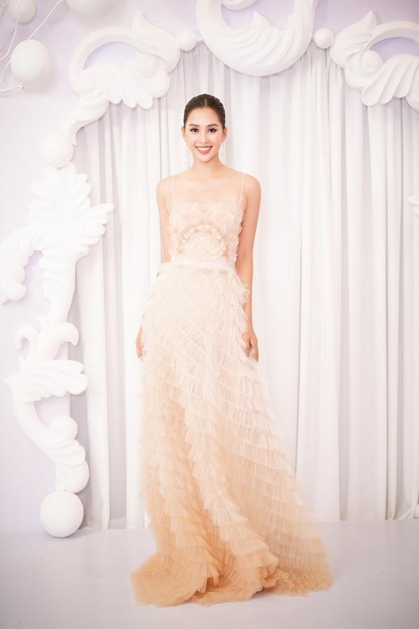 Hoa hậu Tiểu Vy sở hữu nhan sắc rực rỡ dù ở độ tuổi 19.
