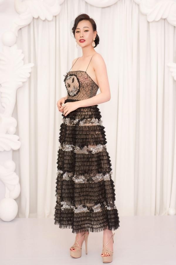 Diễn viên Phương Oanh ghi điểm với phong cách thời trang cổ điển.