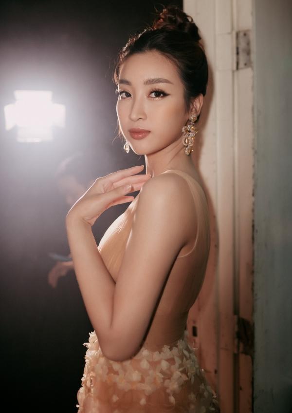 Dù tới sát giờ diễn, Mỹ Linh được êkíp hỗ trợ thay trang phục, chuẩn bị trình diễn.