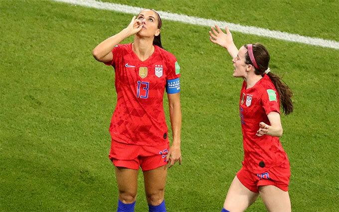 Alex Morgan với màn mừng bàn thắng khiến người Anh nóng mắt