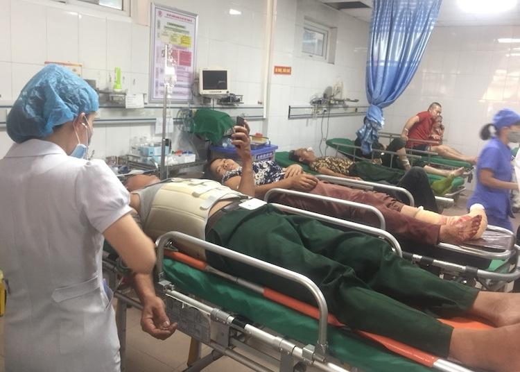 Các nạn nhân đang cấp cứu tại bệnh viện 115 Nghệ An. Ảnh: Anh Thư.