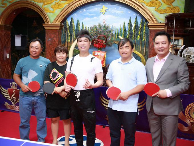 Hai cựu tuyển thủ bóng bàn Lý Minh Triết (ngoài cùng bên trái) và Lý Minh Tân (thứ hai từ phải qua) cũng có dịp thăm nhà riêng, chơi bóng bàn cùng danh ca quê Bạc Liêu.