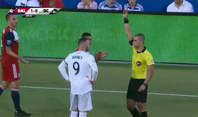 Rooney nhận thẻ đỏ phút 30 khi DC United đang bị FC Dallas dẫn 0-1.
