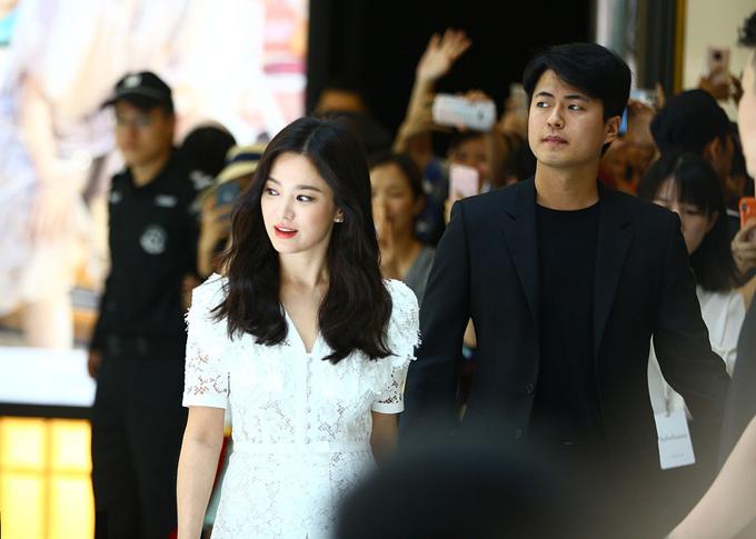Song Hye Kyo tới sự kiện tổ chức tại một trung tâm thương mại ở Tam Á vào trưa thứ 7 trong sự chào đón nồng nhiệt của người hâm mộ Trung Quốc. Cô diện váy ren trắng trẻ trung, trang điểm xinh tươi.