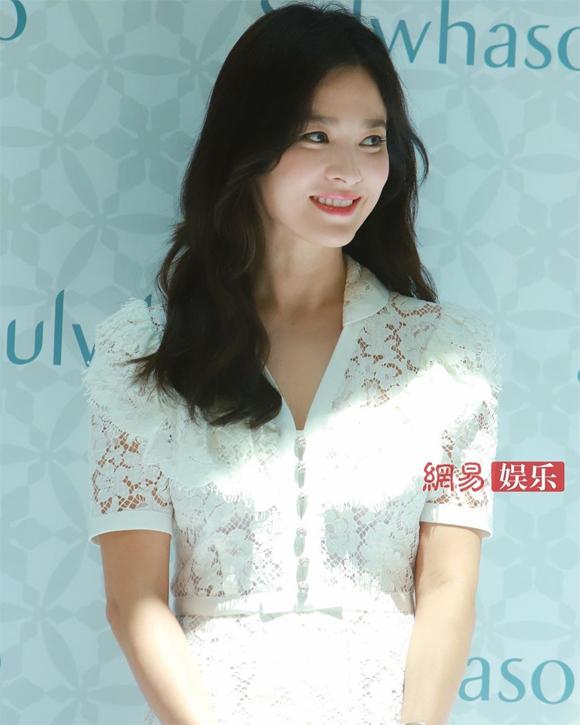 Trong suốt sự kiện, Hye Kyo không ngừng mỉm cười.