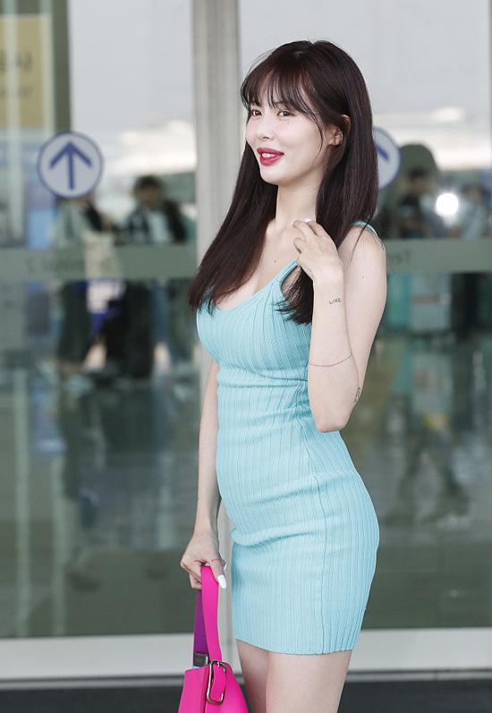 Không chỉ về đôi môi, HyunA còn bị bàn luận về vòng hai to và vòng một kém tự nhiên.
