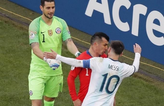 Tiềnvệ Chile nói chuyệnthách thức rồi húc vào ngực Messi. Đội trưởng tuyển Argentina phản ứng lại nhưng không động tay chân. Hai cầu thủ đọ ngực trong khoảng 3 giây.