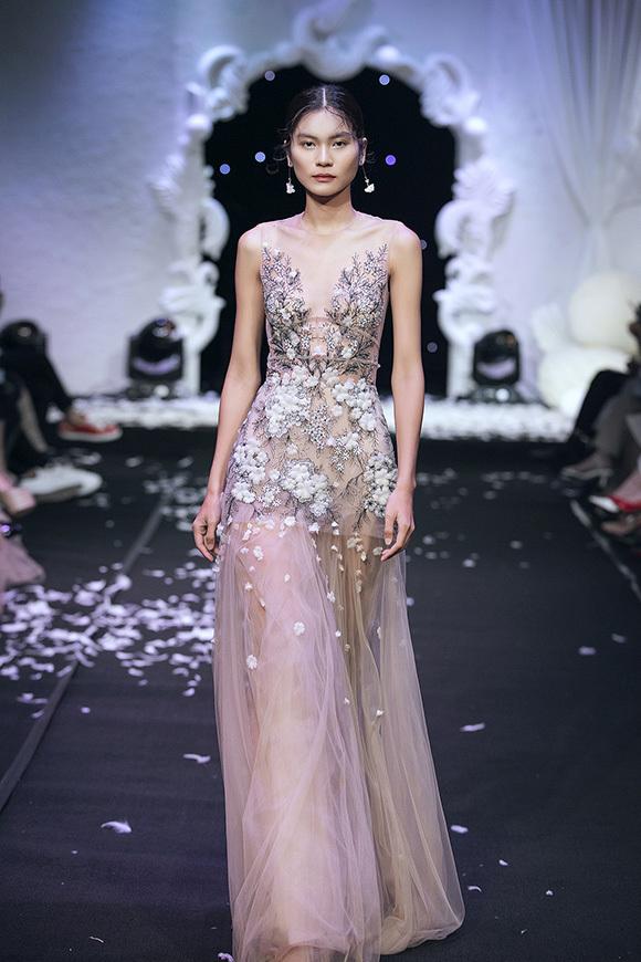 Nhà thiết kế tạo thêm điểm nhấn cho trang phục bằng kỹ thuật đính kết hoa 3D, họa tiết ren thêu hoặc xếp lớp, phối màu cầu kỳ.