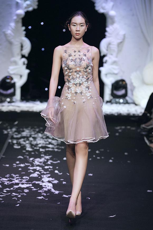 Bên cạnh đầm dài tha thướt, nhà tạo mốt còn giới nhiệu các mẫu váy ngắn trẻ trung, phù hợp để diện trong nhiều hoàn cảnh.