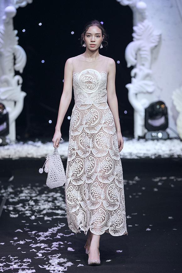 Đánh dấu chặng đường 5 năm làm nghề, NTK Nguyễn Quảng đặt tên bộ sưu tập là Mơ, mang hàm ý thương hiệu được thành lập từ mơ ước đem tới cho phái đẹp một dòng sản phẩm thời trang thanh lịch, sang trọng.