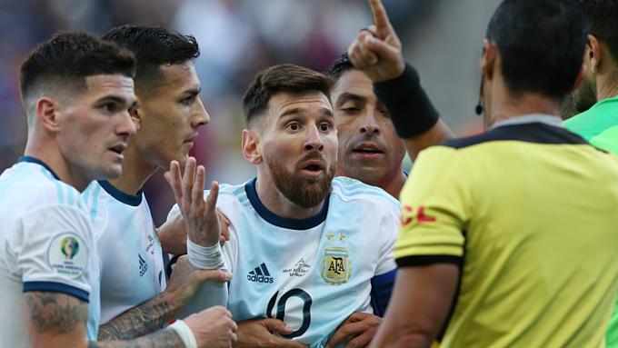 Messi tròn mắt không thể hiểu quyết định của trọng tài Diaz.