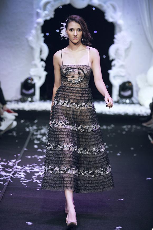 Hồng Quế cũng là một gương mặt nổi bật trong dàn mẫu. Cô hút ánh nhìn với bộ đầm midi hai dây nữ tính.