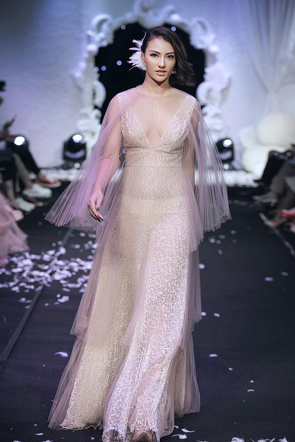Tuy nhiên, ở chiếc váy thứ hai, bà mẹ một con lộ rõ thân hình tròn trịa, vùng bụng kém thon gọn.