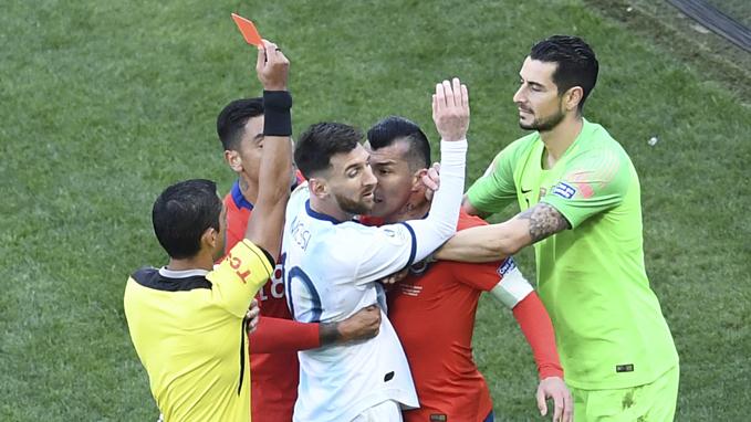 Lúc này trọng tài Mario Diazmới cắt còidừng trận đấu. Ông bất ngờ rút thẻ đỏ cho cầu thủ Chile lẫn Messi, cho rằng cả hai có hành vi thô bạo.