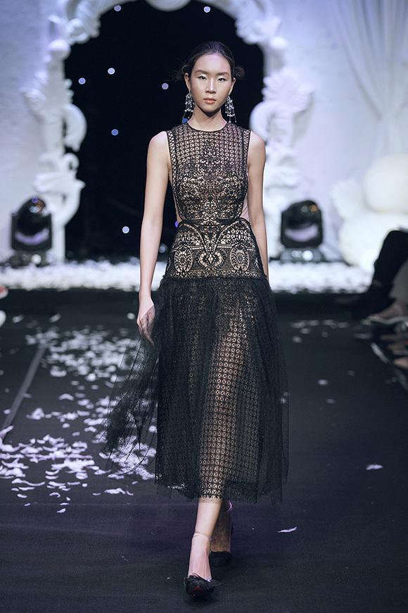 Ở phần đầu bộ sưu tập, loạt trang phục được thực hiện chủ yếu trên nền vải màu nude với ren và lưới phủ ngoài, tạo nên tổng thể nửa kín nửa hở đầy quyến rũ.