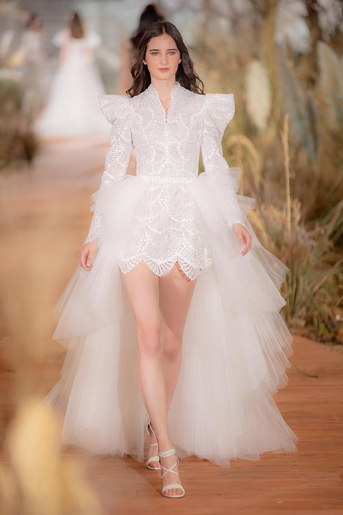 Váy cưới tay phồng gợi nhắc thời trang cưới thập niên 1960có tùng rời dành cho nàng dâu cá tính.