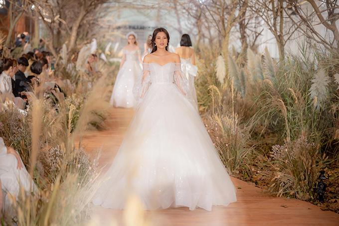 Thiết kế được diện với tùng váy, tạo độ xòe phồng làm toát lên tinh thần của bản phác thảo.