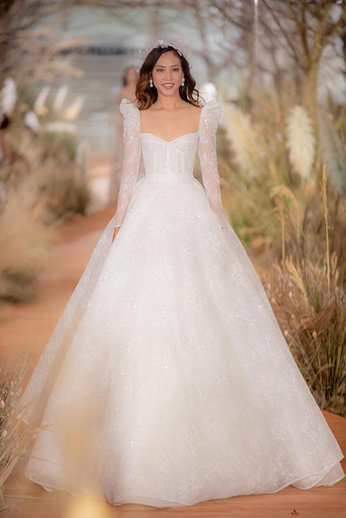 Ren làm váy cưới cần có màu sắc, độ mềm cứng tương đồng với chất vải để khi phối hợp với nhau tạo được sự mềm mại, bay bổng, không thô ráp, NTK gốc Đà Nẵng cho hay.