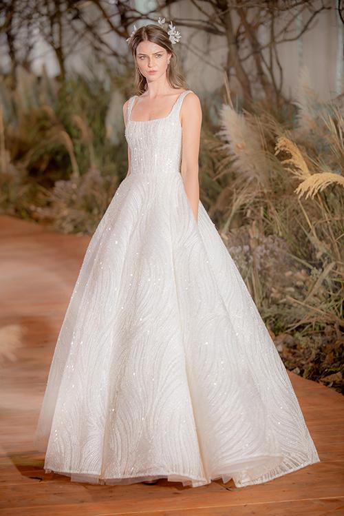 NTK sử dụng tông trắng, nude cùng chất liệu bay bổng như voan, lưới, organza để kiến tạo nên các bộ đầm, khiến cô dâu trở nên quyến rũ, thu hút ánh nhìn của người đối diện.