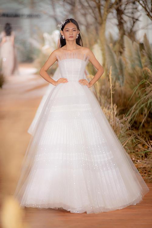 Phom dáng váy quây ngực truyền thống trở nên mới mẻ hơn nhờ việc đắp voan mỏng bên trên.