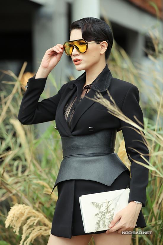 Trang Trần chọn áo lưới ton-sur-ton khi mặc váy vest không nội y.