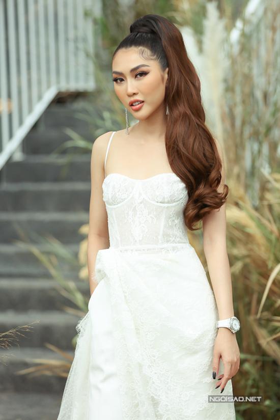 Tường Linh khoe phong cách sexy cùng mẫu váy hai dây cắt may trên chất liệu vải ren xuyên thấu.