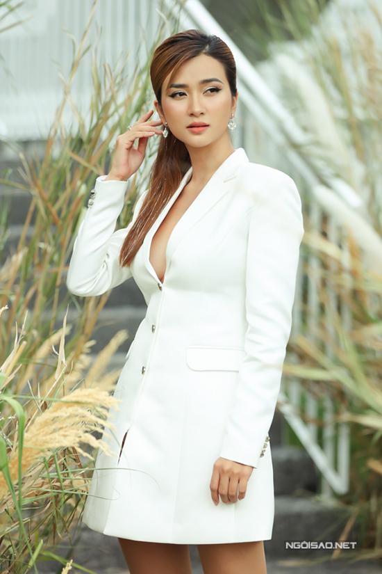 Diễn viên Kim Tuyến sành điệu với mốt blazer dress được các tín đồ thời trang ưa chuộng ở mùa mốt năm nay.
