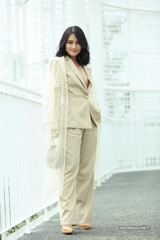 Đến tham dự show I am sunny tổ chức chiều 6/7 tại TP HCM, nhiều người đẹp chuộng mốt diện vest không nội y. Ngọc Lan thể hiện sự cá tính với bộ suit đi kèm áo choàng trong suốt.