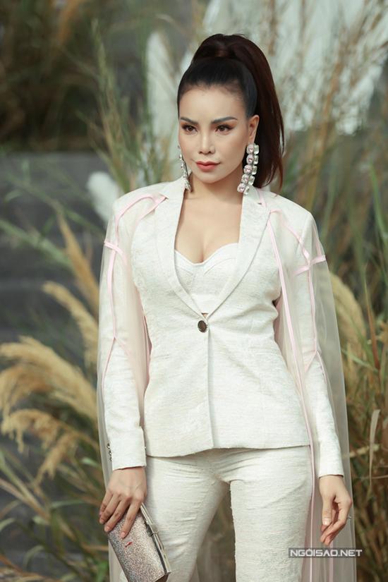 Trà Ngọc Hằng cũng nhiệt tình lăng xê kiểu suit mới nhất của Chung Thanh Phong.