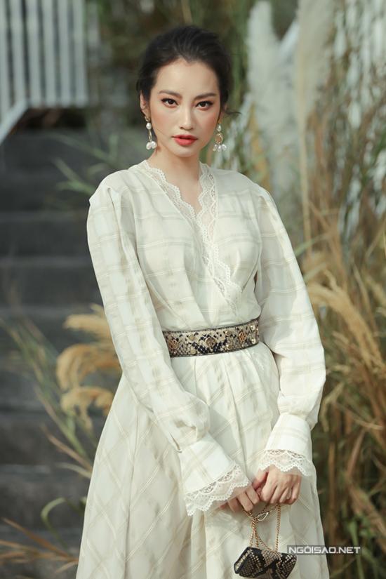 Trúc Diễm nhẹ nhàng cùng váy ren trang trí cổ V đậm chất nữ tính.