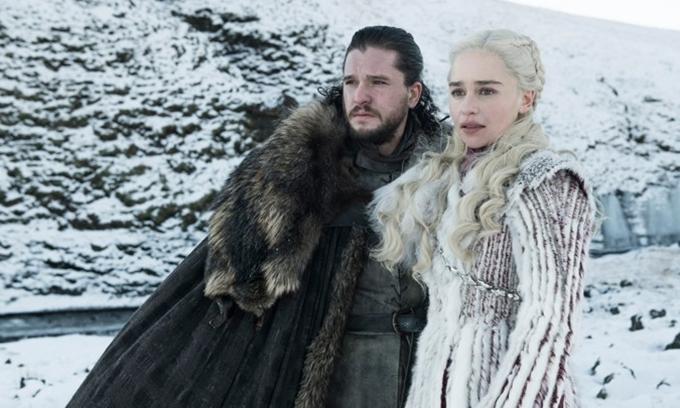 Jon Snow (Kit Harington) và mẹ rồng Daenerys (Emilia Clarke) trong mùa cuối của Game of Thrones.