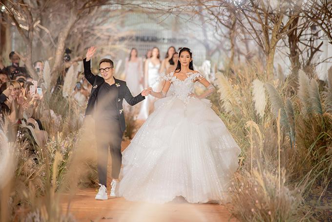 Tối 6/7, Chung Thanh Phong đã giới thiệu bộ sưu tập I am sunny với 40 thiết kế váy cưới. NTK 8X chia sẻ anh tìm đến Hoàng Thùy làm nàng thơ cho bộ sưu tập mới bởi anh cảm nhận được vẻ đẹp của Á hậu phù hợp với tinh thần sunny mà các thiết kế hướng đến.