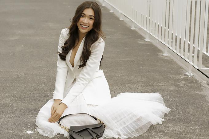 Á hậu Lệ Hằng cũng chọn vest trắng sẽyx để phối cùng chân váy xoè.