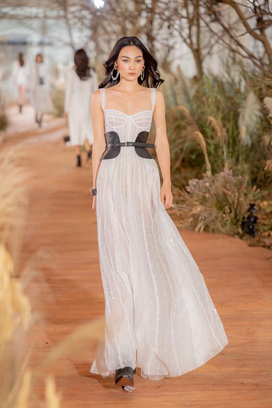 Những trang phục ứng dụngtạo nên bữa tiệc thời trangsang chảnh, hoành tráng khiến những cô nàng chuộng phong cách hiện đại, điệu đà không khỏi trầm trồ ngạc nhiên.