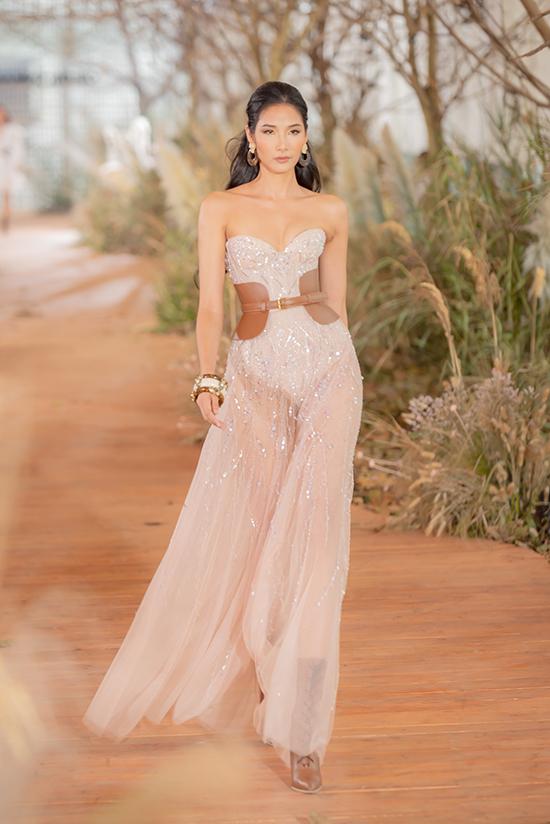 Trong 80 trang phục của bộ sưu tập, nhà mốt trẻ chia thành 2 dòng chính gồm40 looks ready-to-wearvà 40 mẫuváy cưới.
