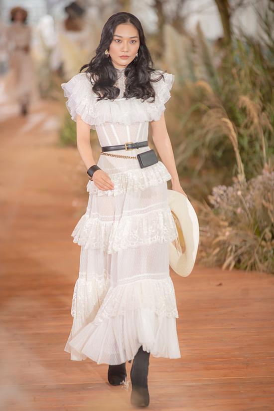 Chung Thanh Phong tạo dấu ấn mạnh mẽ qua các  thiết kế nữ tính, đậm chất bánh bèonhưng không kém phần quý phái, sang trọng.