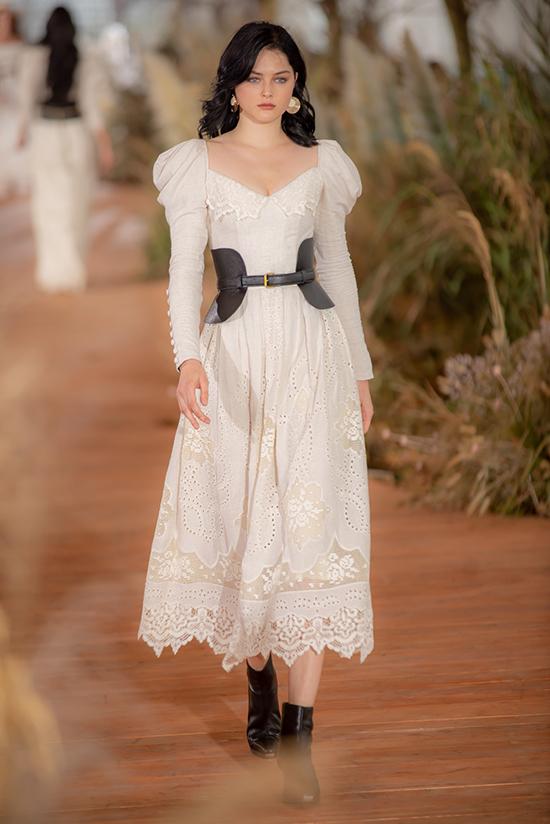 Cách xử lý vải ren, vải xuyên thấu, vải trong suốt của nhà mốt Việt cũng được khách mời tham dự đánh giá cao.