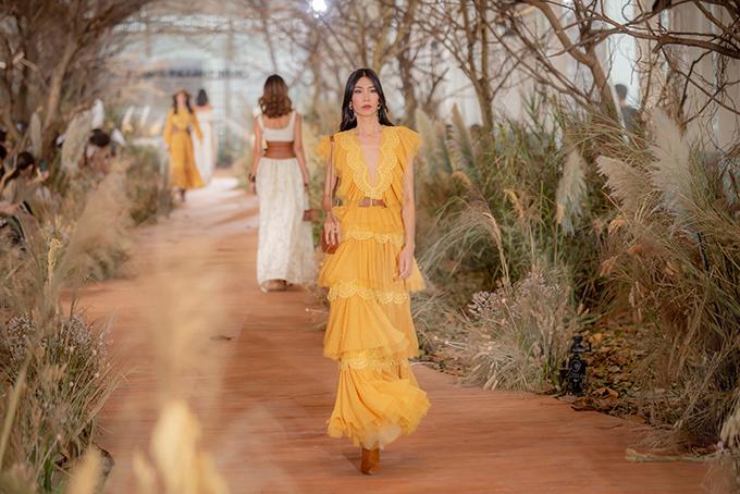Nhà mốt vô cùng tinh ý khi bổ sung thêm màu vàng, vàng cam ấm áp nhằm mô phỏng các sắc thái của ánh nắng từ lúc bình minh đến khi ráng chiều qua những gam màu khác nhau trên trang phục.