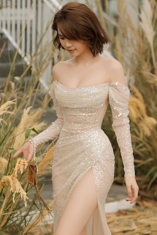 Mẫu váy dạ hội được chăm chút kỹ lưỡng ở chi tiết vai trần, đường siết eo tôn hình thể đồng hồ cát.