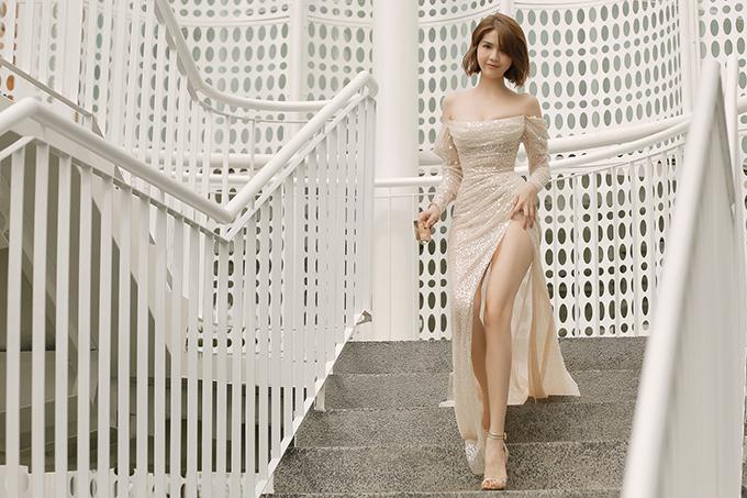 Váy cao sexy giúp Ngọc Trinh nổi bật bên dàn người đẹp khi xuất hiện trong show diễn được tổ chức vào buổi chiều tại Sài Gòn.