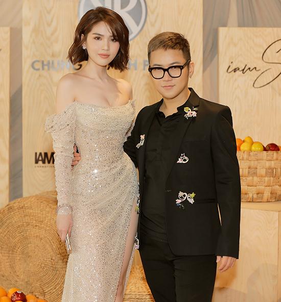 Chiều 6/7, Ngọc Trinh chọn mẫu váy lấp lánh ánh kim đến chúc mừng Chung Thanh Phong tổ chức show diễn I am Sunny tại TP HCM.