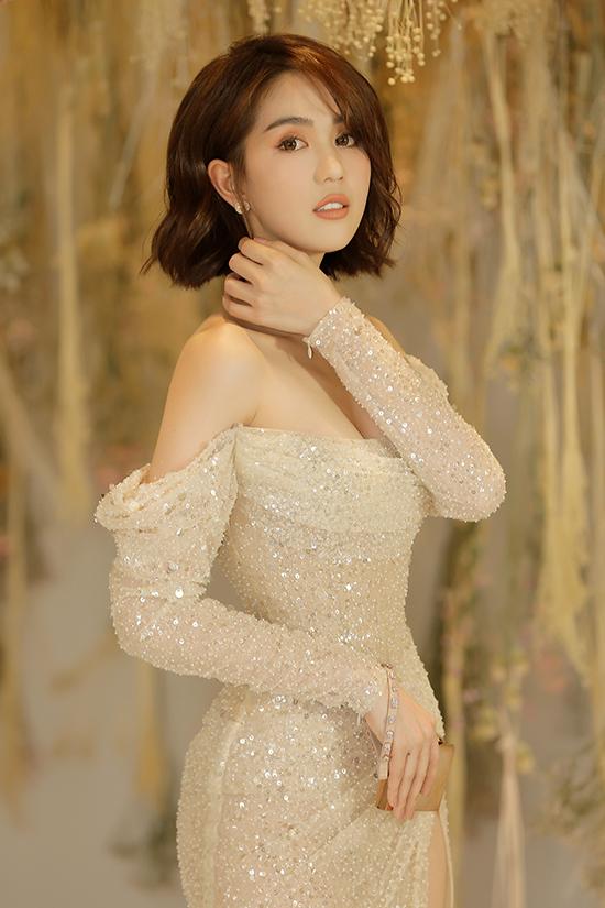 Mái tóc ngắn theo đúng trend giúp Ngọc Trinh nhận được nhiều lời khen về sự trẻ trung, đáng yêu và sành điệu.