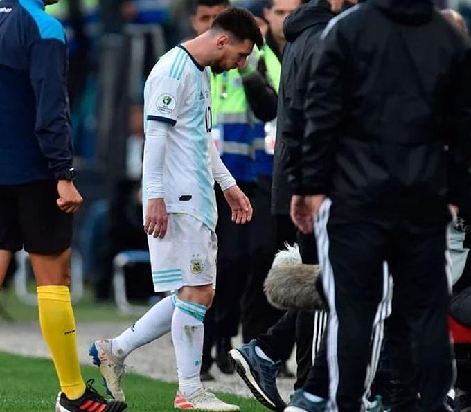 Messi lầm lũi rời sân sớm. Đây là lần thứ hai Messi gặp rắc rối với trọng tài ở Copa America 2019. Sau trận thua Brazil 0-2 ở bán kết, Messi chỉ trích trọng tài thiên vị đội chủ nhà.