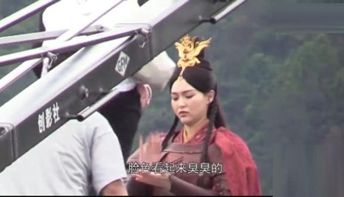 Khuôn mặt của Đường Yên bầu tròn, dường như bị phù.