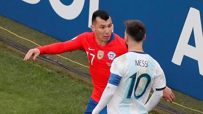 Tình huống diễn ra ở phút 37 trận Argentina đấu Chile, tranh huy chương đồng giải vô địch các quốc gia Nam Mỹ hôm 7/7. Khi bóng đi hết đường biên ngang, Gary Medel của Chile xoay người lại gây sự với Messi.