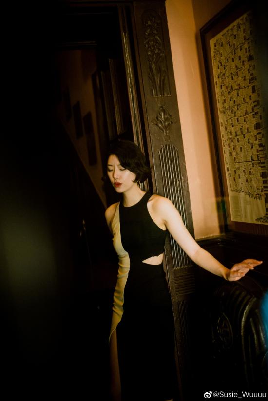 Bạn gái Lý Á Bằng mới đây chia sẻ loạt ảnh trên Weibo và gây nhiều chú ý. Cô gái được biết đến là một doanh nhân, đang phát triển sự nghiệp với vai trò ca sĩ. Lý Á Bằng từng mô tả về người phụ nữ mới của mình là một cô gái đam mê âm nhạc và tâm hồn đẹp.