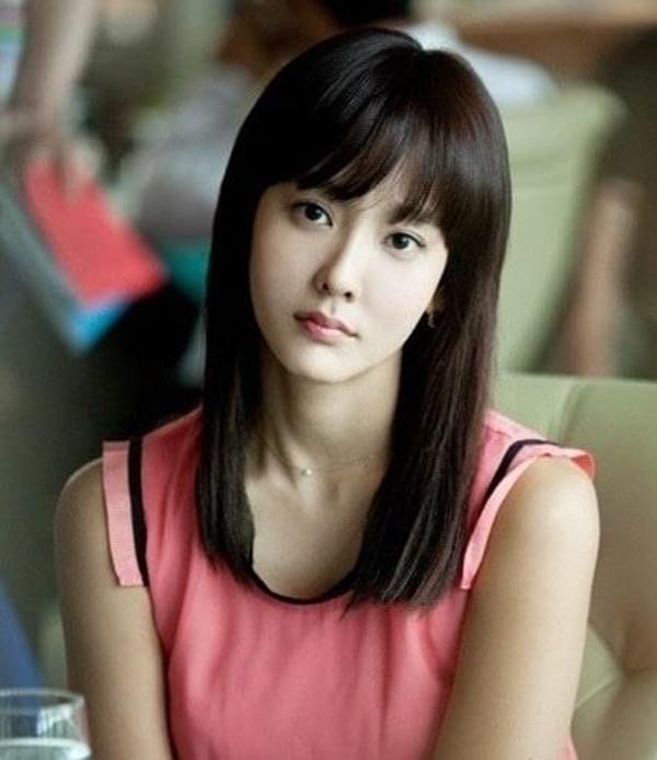Dana tên thật là Hong Sung Mi, sinh năm 1986 và là giọng ca được đánh giá cao về kỹ năng thanh nhạc tại Hàn Quốc. Cô ra mắt với tư cách nghệ sĩ solo dưới sự quản lý của SM Entertainment vào năm 2001, khi mới 15 tuổi. Bốn năm sau đó, SM thành lập nhóm thần tượng nữ 4 người CJSH và chọn Dana làm giọng ca chính.