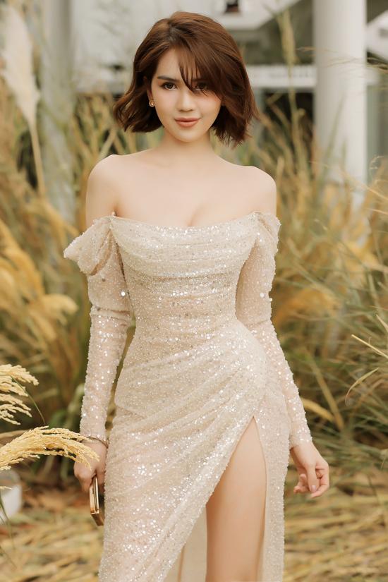 Tham dự show thời trang của NTK Chung Thanh Phong, Ngọc Trinh diện mẫu đầm sequin tạo phom tinh tế, giúp ba vòng của cô càng thêm ấn tượng.