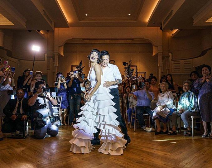 Khi khiêu vũ trong đám cưới, cô dâu đã thay trang phục jumpsuit. Thiết kế mang xu hướng tối giản, có cổ chữ V xẻ ngực sâu, phần quần bên dưới có cấu trúc xếp tầng bậc.