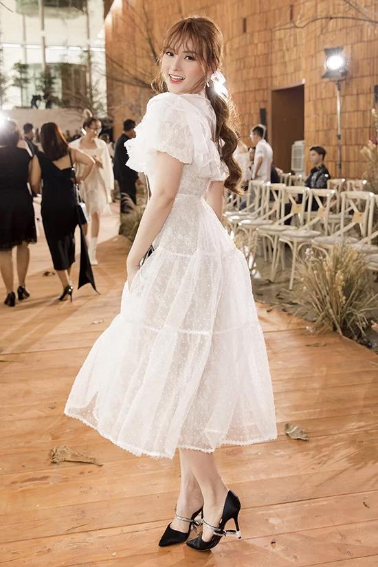 Trong khi đó, Thu Thủy hóa công chúa lãng mạn với váy midi trắng xòe rộng bồng bềnh.